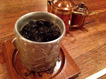 ブレンドコーヒーには2年以上乾燥・熟成させたオールドコーヒーを使用して、ネルドリップで1杯ずつ丁寧に淹れています。暑い季節になれば、アイスコーヒーはキンと冷えた錫のカップでサービスされます。