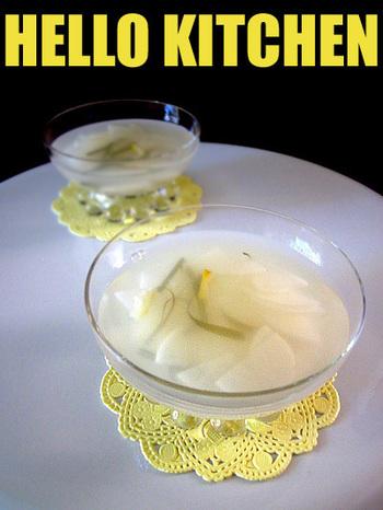 昆布だしと柚子の香りが上品な味わいにしてくれる水キムチ。脂っこい食べ物の箸休めとして出すと喜ばれます。
