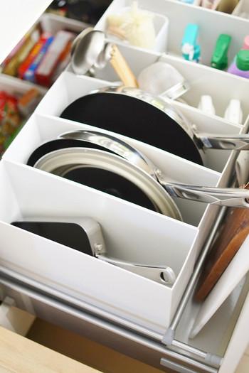 ファイルボックスにフライパンを収納すると、持ち手が斜め上にあがるので、ささっと取り出しやすいですね。フライパンやお鍋ごとに蓋とセットにして入れておくのもいいアイデアです。