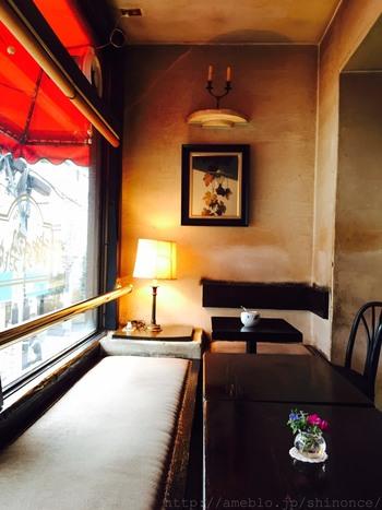 日当たりが良く、落ち着いた店内。作家でお笑い芸人の又吉直樹さんが、足しげく通う店として有名になりました。芥川賞受賞作「火花」の作品中にも登場しています。