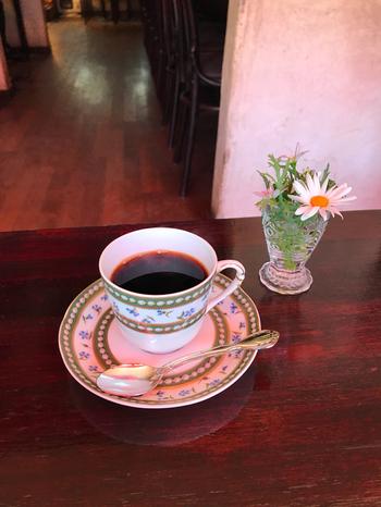 コーヒーはすべてネルドリップ。手間を惜しまず丁寧に、美味しさ優先です。ヘレンドやウェッジウッドのエレガントなカップでサービスしてくれます。