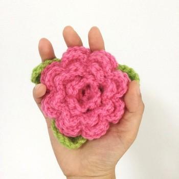 つばきモチーフのアクリルたわしです。立体感が手のひらにころんとおさまる可愛らしいサイズ。編み物に少し慣れてきたら、こんなデザインのものも作ってみたいですね。