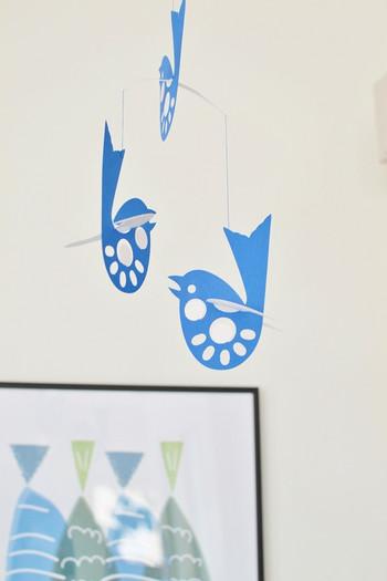 天井などから吊るしてしまえば、お子さんに引っ張られたりすることもありません。  モビールは存在感もあり、ゆらゆらと揺れる姿を見るだけで癒されます。 春夏にむけて写真のような清涼感のある青い小鳥のモビールもいいですね。