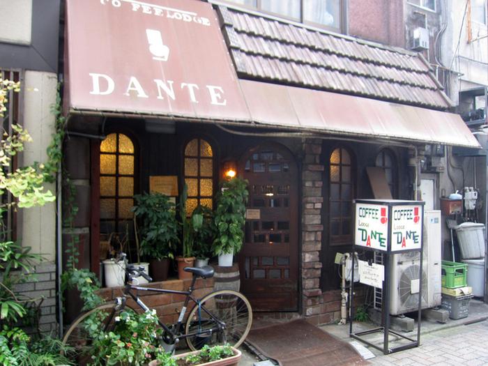西荻窪駅南口から徒歩2分。アンティークや喫茶・カフェの街、西荻窪を代表する昭和40年にオープンした老舗「コーヒーロッジ ダンテ」です。