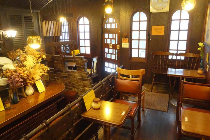 もともと材木商の商品置き場だったという建物は天井が高く、ゆったりとした空気が流れています。当時の流行だった山小屋風の内装が、変わらず温かく迎えてくれます。