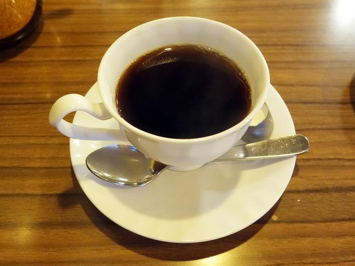 オーナーが独自のルートから良質なものだけを取り揃えた豆を、サイフォンで1杯ずつ焙煎。2、3日ごとに変わるスペシャリティコーヒーもぜひ味わいましょう。