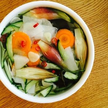 さっぱり冷たい野菜スープのように食べてほしい水キムチ。唐辛子の量を調整すればさらにピリ辛の味付けに。