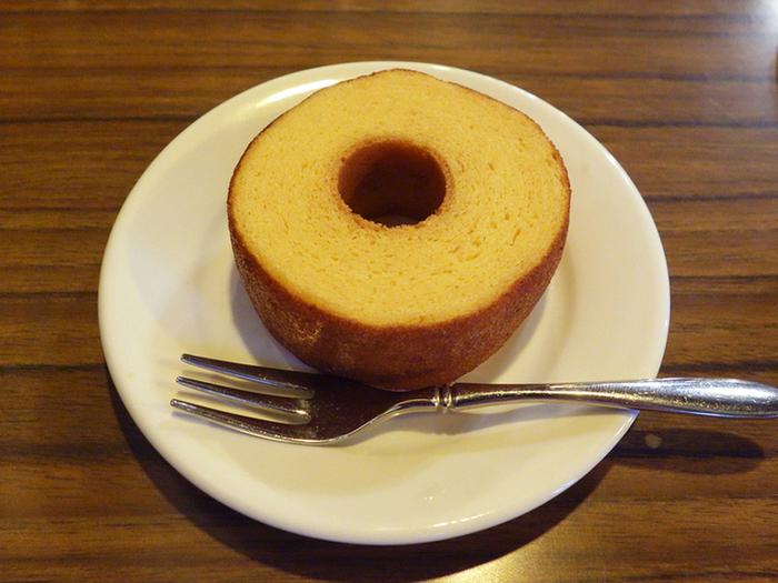 ビタミン豊富な卵を使った「セラルージュこだわり卵のバウムクーヘン」は、サイフォンで淹れたコーヒーによく合います。