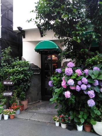JR高円寺駅南口より徒歩3分。ドイツ語で「たくさんのカーネーション」という意味を持つ店名。緑のファサードに、植物の緑で覆われた入り口は外国の街角のよう。