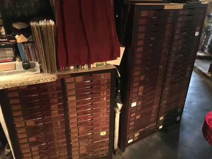 店の一角にある棚も大切に使われて、あめ色に変色した引き出しが時代を感じさせます。名曲喫茶なので、クラシックのLP盤がたくさんあります。