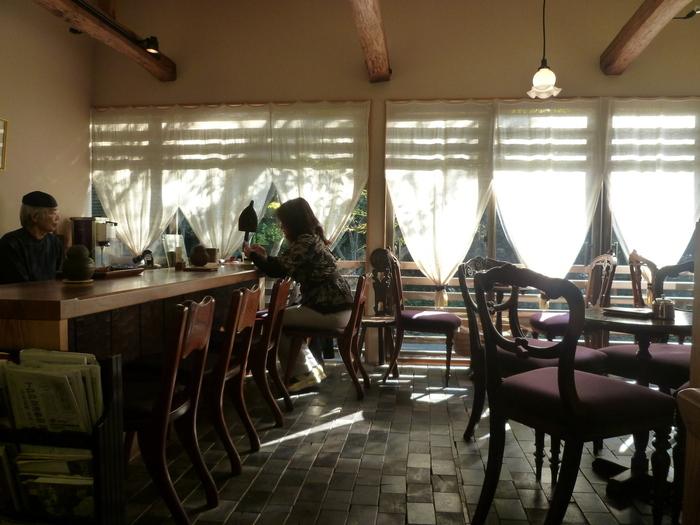開放感あふれる2階の店内は窓から多くの木々が見られ、落ち着いた雰囲気。古くから使われているという建材と椅子たちが、モダンな空間に老舗の風格を漂わせています。