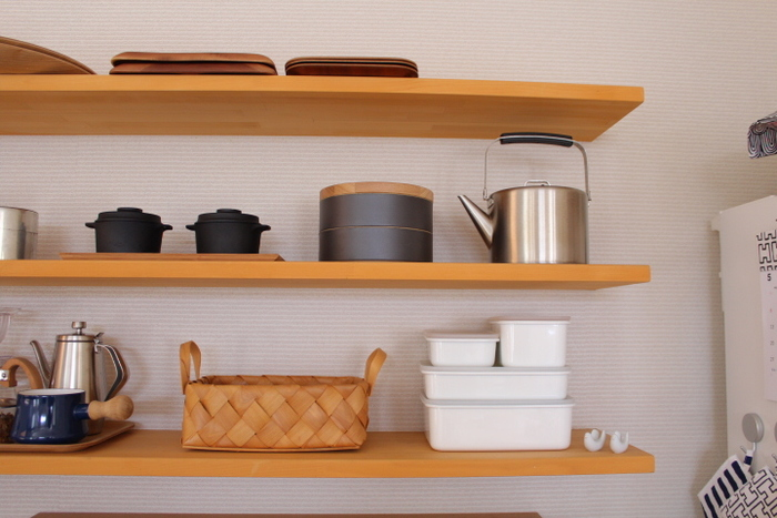 琺瑯容器もきれいに積み重ねると、こんなにもスタイリッシュな雰囲気になるんです!余裕を持たせておいておくのがお洒落に見せるコツです。