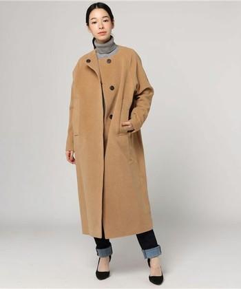 SI-HIRAI(スーヒライ)のウールアンゴララウンドネックトープカットシャギーコート。  クラシックなスタイルに、ちょっぴりモードを吹きこんだラウンドカラーコートです。シャギーが織りなすふんわりとした柔和な素材で、やさしい雰囲気に仕上げてくれます。TPOを選ばず、どんなコーディネートにも合わせやすい1着なので、末長く着こなせますよ。