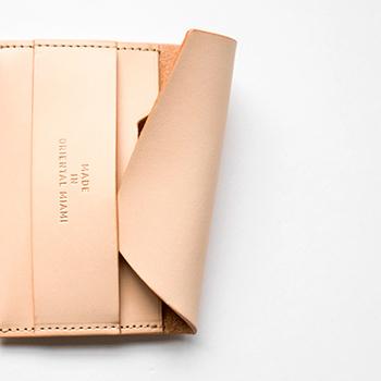 金属部品を使用せず全てレザーだけで創られた贅沢かつ高い技術を味わえるパスケース。プラスチック系のカードですと5枚ほど、名刺のような紙タイプのものだと8枚ほどを収納できます。