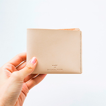 コインケースはなく、お札チケットポケットとカードポケットのみ。チケットケースとしてお使いいただくのもおすすめなお財布。スマートなヴィジュアルと使い心地で自然と身になじむ逸品。