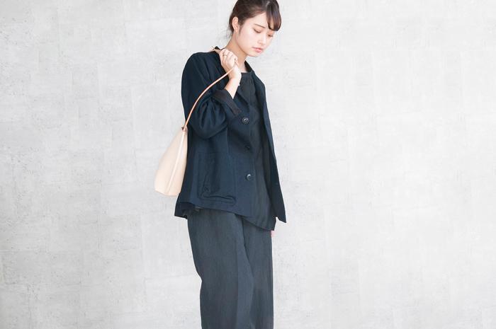 小物のほかバッグもラインナップ。こちらは滑らかなフォルムが際立つショルダーバッグ。コンパクトな設計で荷物も最小限に抑えられます。スタイリングのアクセントをつける役割として非常に向いていてファッション性の高いバッグです。