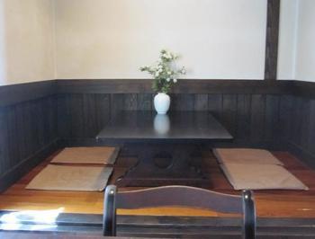 カウンター席、テーブル席のほかに、小上がりの座敷スペースも一箇所用意されています。靴を脱いで、家に帰ったような気持ちでリラックスできます。