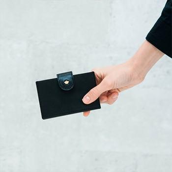 上質な牛革をで丁寧につくられたカードケース。大人が喜ぶポイントをたくさん抑えつつ、シンプルでオシャレな仕上がり。5ポケットで名刺よりもやや大きいくらいのポケットが並びます。