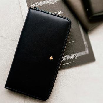 上質なレザーを使用し高級感を漂わせながら、まるみのある形になることで愛くるしさのある長財布。全13ポケットを確保し、ジップ式のタフ使いもできるので万能です。