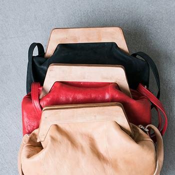 巾着のようなレザーに大きなガマ口プレートが付いた斬新なデザインのバッグ。500mlペットボトルを立てて入れられたりと、非常に便利な大きさで重宝できます。