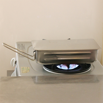 ガス・炭火はもちろん、オーブンやIHにも対応するステンレス製のマルチなスモーカー。スライド式の蓋はしっかり密閉が可能。無骨な外観ながら食洗機にも対応しているので、お手入れも簡単。初めての燻製におすすめです。
