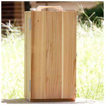 まるで「おかもち*」のような木製の箱。実はこれも「スモーカー」なのです。  *おかもちとは、出前などで、料理を入れて運ぶ木製の箱のこと
