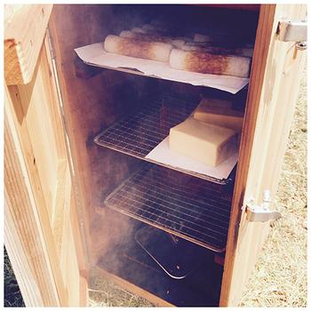 国産杉を贅沢に使ったスモーカーは、使うほどに燻香が箱にしみて味わい深くなっていきます。