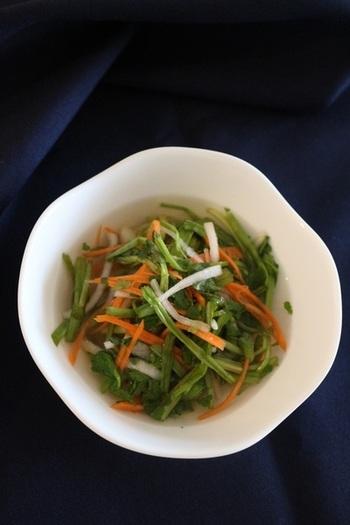 七草粥の食材として知られているセリを水キムチでシャキシャキ歯ごたえの美味しい水キムチに。  【作り方】 ①野菜は水洗いして適度な長さに切る。 ②水、おろしにんにく、塩、砂糖を合わせた汁につける。 ③半日~1日置いてから冷蔵庫で保存します。  たったこれだけで美味しく植物性乳酸菌たっぷりの水キムチの完成です♪