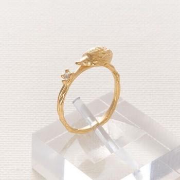 小さなハリネズミがちょこんと乗っている、かわいらしいゴールドのリング。ハリネズミの横にあるホワイトトパーズが華やかさを添えてくれます。
