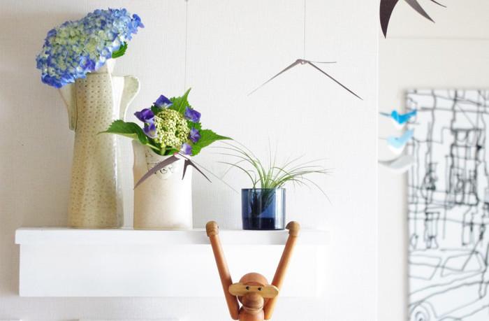 一段だけのシンプルな棚でもこんなに可愛くできるんです。お部屋のアクセントにもなりますよ。 写真の様にとっておきの花瓶にあじさいなどを飾って季節感を楽しむのもいいですね。