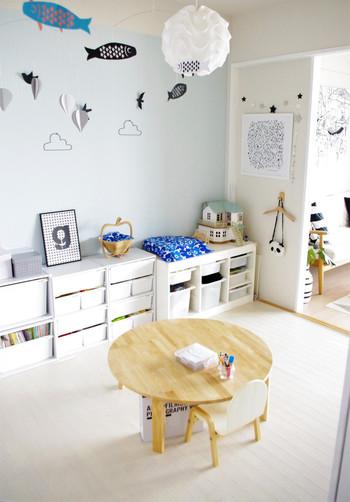こちらのブロガーさんは、リビング横の一室をキッズルームに。散らかしてしまっても、ここだけならあまりイライラしないかもしれません。  壁を薄い水色にして、ガーランドやモビールでかわいくデコレーション。子供用のかわいい椅子も今だけのお楽しみですね。  細々した物も白の収納棚に片付けてしまえば統一感のあるお部屋に。