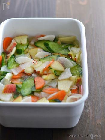 薄切りにした大根、にんじん、きゅうりは塩もみし水気をしぼり、薄切りにしたリンゴ、にんにく、しょうが、唐辛子を入れてひと混ぜしたら、つけ汁を注ぎ冷蔵庫で一晩おいたら完成です。