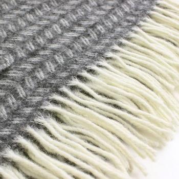 こちらもKLIPPANのストール。羊毛選びからこだわった手触りがとても心地よく、定番の一枚です。北欧スウェーデンで長年愛されている葉っぱがモチーフのデザインは、デザイナーセシリア・ボンデの手によるもの。