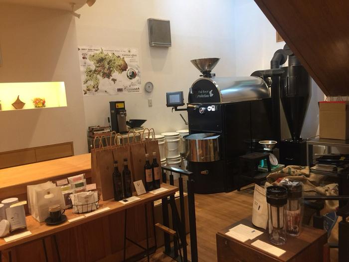 一階には大きな焙煎機と、カウンター席が。世界中から集めた高品質で新鮮なコーヒー豆を焙煎した、こうばしい香りが店内に満ちています。焙煎したばかりのコーヒー豆はもちろん、オリジナルグッズの販売も。お土産にもぴったりですね。