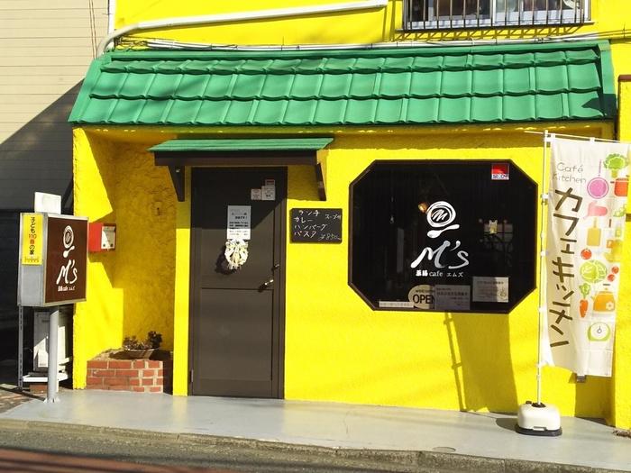 黄色い建物が目を引く「薬膳Cafeエムズ」。町田駅から歩くのには少し距離がありますが、バスに乗り、高ヶ坂センター前で降りればすぐです。また駐車場もありますのでドライブがてら訪れるのもいいですね。