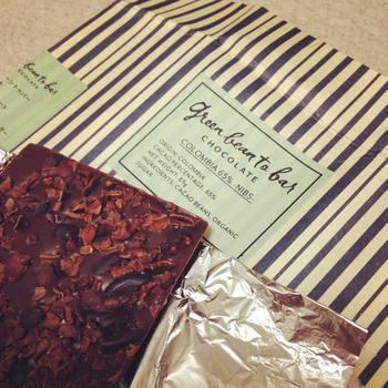 話題の「カカオニブ」が入ったバーチョコレートがこちら。カカオ65%の濃い味わいと、ニブスのサクサクとした食感が楽しめます。