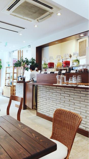 代官山駅東口から徒歩1分の場所にある美容室に隣接されたオシャレな雰囲気の薬膳カフェ。女性一人でも気軽に入りやすい雰囲気が魅力的です。