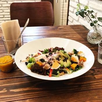 ランチメニューの1つ、バランス・ブッタボールは20種類の食材が入ったボリューム満点のサラダランチです。ヘルシーなのでダイエット中の方にもおすすめ。
