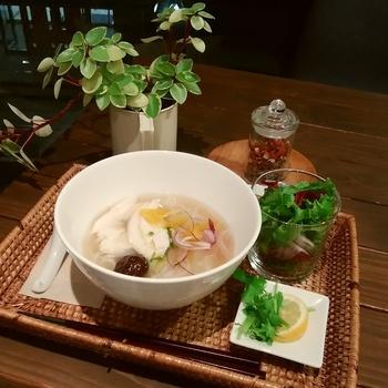 季節のハーブサラダがついた、美膳フォー。なつめや蓮の実、生姜などを煮出した薬膳スープと国産鶏の旨味たっぷりのあたたかい料理は寒い季節に嬉しいメニューです。