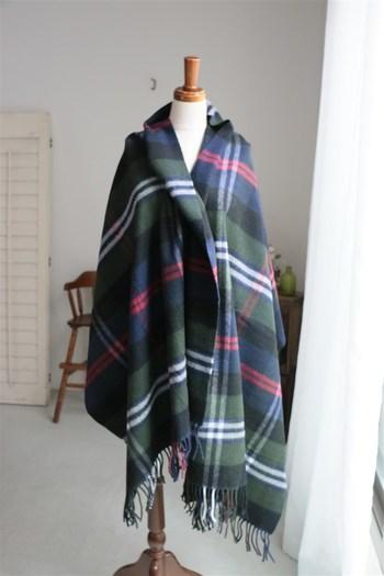 ラムウールの暖かな素材感が魅力のJOHNSTONSのストール。たっぷりとしたサイズなのでマントのように使ってもいいですし、お部屋ではひざ掛けに使ってもいいですね。スコットランド伝統のタータンチェックはトラッドなイメージです。