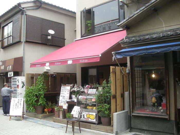 東京の下町・門前中町駅から徒歩約3分、深川不動堂の参道沿いにあるこちらのお店。お詣りの前後に訪れるのにもおすすめです。