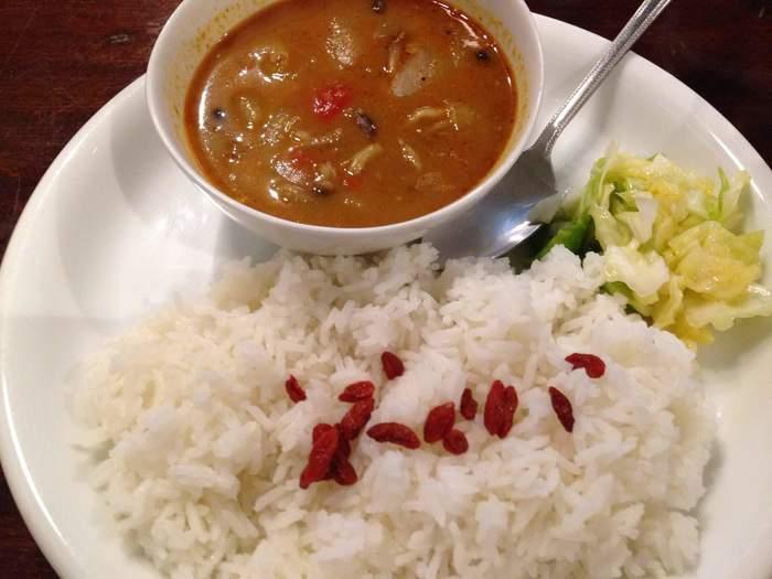 生ケフィアドリンク付きの薬膳カレーは、しっかりとした辛さが特徴。キャベツの酢漬けを箸休めにしながら食べ進めれば、じんわりと汗ばんできます。