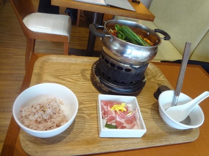 大人気のデトックススープランチは豚肉をしゃぶしゃぶしていただきます。しっかりとした辛みのあるスープで芯から体をあたためてくれます。