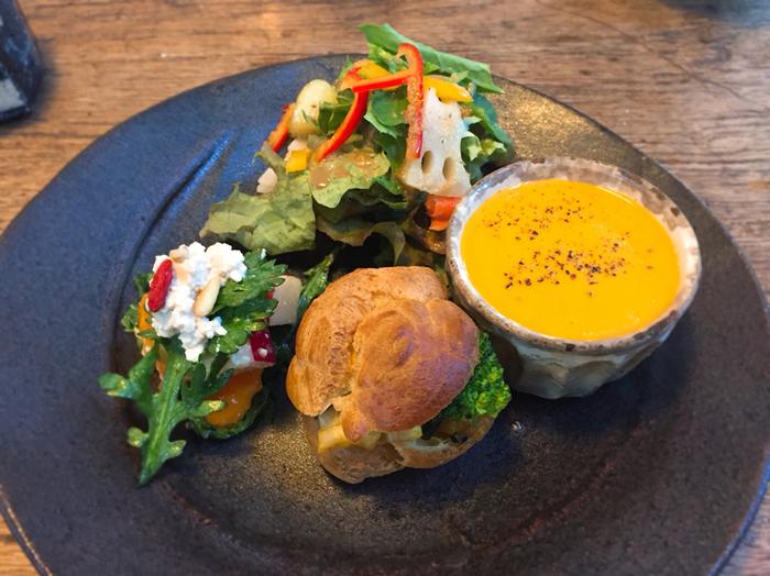 薬膳サラダのプレートは、色とりどりの野菜が上品に盛られ、生姜入りの人参ポタージュが身体をほっこり温めます。お店で使用されている食器は全てオーナーの手作りで、お店の2階のギャラリーで購入することもできるんです。