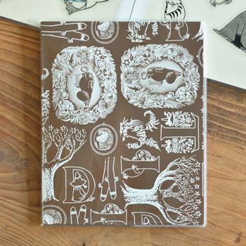 写真や、新聞・雑誌の切り抜きの整理に役立つスクラップフリーアルバム。小説「ムーミンパパの思い出」の挿絵モチーフをアレンジしたシックで大人っぽいデザインです。プレゼントにもいいですね。