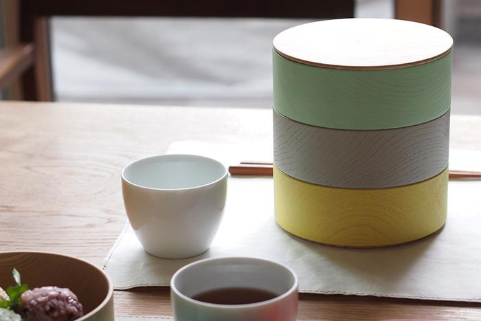 「col.(カラー)」は、積み木やコマ、ダルマ落としなど、日本の子どもたちに昔から愛されてきた木のおもちゃをベースにデザインされました。鮮やかなカラーバリエーションとシンプルなフォルムが、暮らしに彩りを与えてくれます。