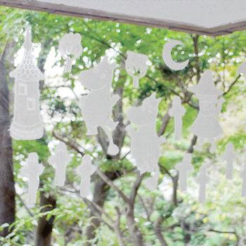 霧吹きで水を噴きかければ窓にペタッとつく和紙のウィンドウデコレーション。乾けば簡単にはがれます。また、テグスで吊り下げれば、モビールにも。