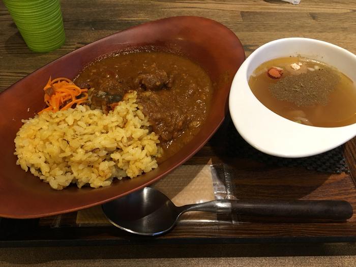 スープだけじゃなくカレーもあるので、ガッツリ食べたい時にももちろんおすすめです。薬膳カレーはスパイス効いているので、体もよりあたたまりそうです。