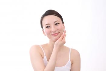 乾燥を招きやすい洗顔直後の肌。少しでも早く化粧水をつけられるよう、お風呂場近くにスタンバイさせておくのもオススメです。
