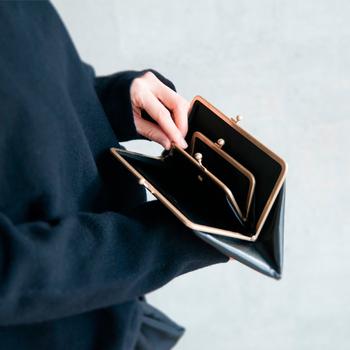 カウレザーの高級感を使い、レトロかわいく仕上げられたガマ口財布。マトリョーシカ風に大きなお財布の中に小さなお財布がちょこんと顔をだします。その愛くるしさがたまらないものに。